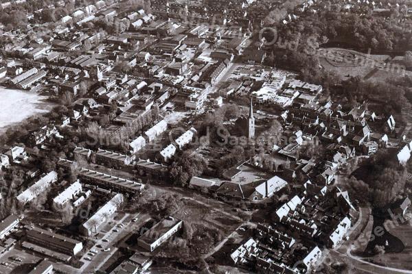 F3608<br /> Luchtfoto. In het midden staat de Dorpskerk (N.H. kerk). Daaronder is de Kompasschool aan de Jacoba van Beierenlaan te zien. Rechtsonder loopt de Charbonlaan. Foto: voor 1981