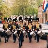 F2561<br /> De seniorenband van Adest Musica in de Floris Schoutenstraat. Foto: 2003.