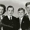 F2032<br /> Vlnr: Annie van Rijn; Henk van Rijn; Piet van Rijn en Aad van Rijn. De familie woonde aan de Rusthofflaan, op nr. 4.<br /> Henk is bij de fam. Piet van Rijn komen wonen, toen zijn ouders overleden waren.