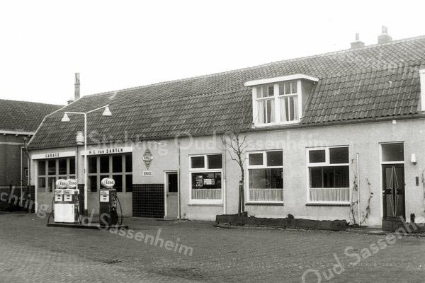 F1121c <br /> Dit pand werd gebouwd voor de 'Motorreederij' van G. Wesseling in de Concordiastraat. Later werd het de garage van Ep Postma; daarna garage en woonhuis van Henk van Santen.