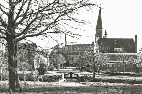 F0457 <br /> De Wilhelminalaan gezien vanaf het terrein van Het Oude Koningshuys richting Hoofdstraat. Rechts de vroegere Twentsche Bank, later tot 2015 een ontmoetingscentrum van de veteranen. Daarachter het torentje van het voormalige raadhuis. Links het huis van de fam. Zuilhof. Op de achtergrond de St. Pancratiuskerk..