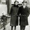 F0124 <br /> Kees van der Ploeg met vrouw en dochtertje Rona. De foto is genomen op de Hoofdstraat ter hoogte van het hotel-café-restaurant 't Bruine Paard. Kees van der Ploeg was liever kooiker geworden dan boer. Hij had het kooirecht willen kopen van Van Haastrecht, maar deze verkocht het aan de gemeente Warmond. Foto: ca. 1931.