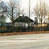 F1382 <br /> Rijksstraatweg 73. Het theehuis (Paviljoen Bloemhof) behoorde bij het café Juffermans, dat aan de overkant van de weg stond. Op deze plek staat nu een riante villa, bewoond door Th.H. Juffermans. Rechts achter de bomen is nog de voormalige bollenschuur met woonhuis van de fam. Th. Verkleij te zien.