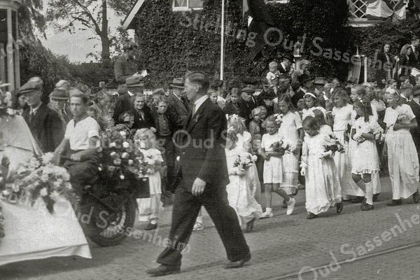 F1097 <br /> Bevrijdingsoptocht voor kinderen op 30-8-1945, georganiseerd door de Oranjevereniging. Ter hoogte van Sassenheim-noord.