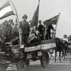 F4527<br /> Bevrijdingsoptocht. Foto: 1945.<br /> Trees en Hugo Zwetsloot staan op de foto.