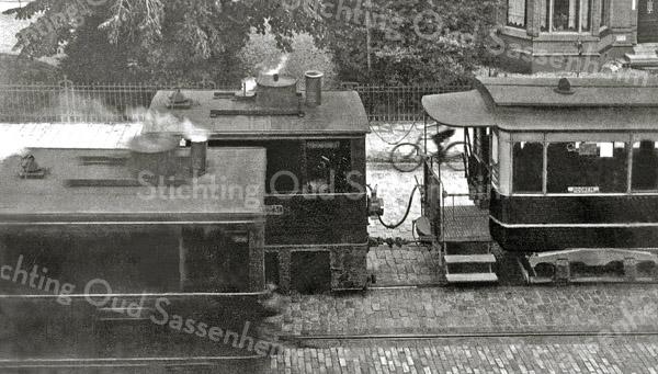 F1069 <br /> De stoomlocomotief met gedeeld tramstel. Rechts is een deel van het huis van de fam. Marbus (later dierenarts De Geus) te zien, links is de tuin voor huize Vredesteyn. Foto: ca. 1932.