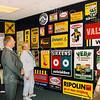 F2526<br /> Themadag 'verzamelen' in het Sikkens Museum (nu: Sikkens Experience Center). In het midden staat de beheerder van het museum Bert van der Wal. Foto: 2003.