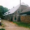 F1652 <br /> De boerderij op het landgoed Ter Leede, nog steeds (2016) bewoond door dhr. André Oskam. De boerderij is eigendom van dhr. Th. de Boer, bewoner van het het Huis ter Leede. Als Oskam stopt met het boerenbedrijf zal de woning waarschijnlijk worden gerestaureerd. In afwachting hiervan is het dak provisorisch bedekt met plastic. Foto: 2001.
