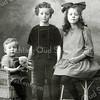 F2846<br /> De kinderen van ds. Albert Matthias Boeijinga en Aaltje Rousseau: vlnr: Bert, Han en Ali. Foto: 1924