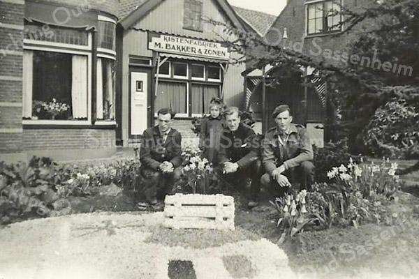 F3025<br /> Bij de kistenfabriek van M. Bakker aan de Hoofdstraat. Vlnr: Piet Oudshoorn, Roosje Bakker, Piet Sluymer, Klaas Oudshoorn.