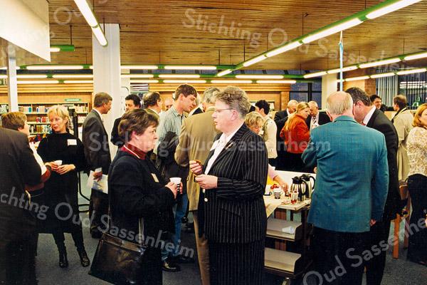 F2535<br /> Een Haagse delegatie wordt ontvangen in de Bibliotheek te Sassenheim. Foto: 2003