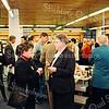 F2535<br /> Een Haagse delegatie wordt ontvangen in de bibliotheek aan de Kerklaan. Foto: 2003.