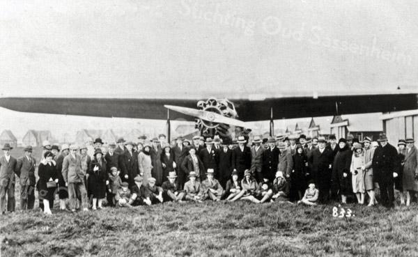 F0017 <br /> Bezoek aan Schiphol. Gezelschap poseert voor een Fokker F VII. Verdere gegevens ontbreken. Foto: ca. 1930