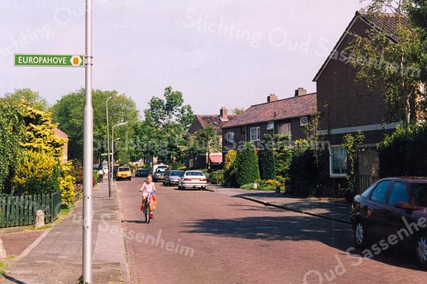 F2547<br /> De Vijfmeiweg, met links de Europahove en rechts de Verzetshove. Foto: 2003.