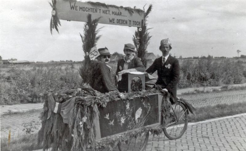 F4462<br /> Bevrijdingsoptocht: 'We mochten het niet, maar … we deden het toch'. Foto: 1945