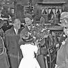 F3700<br /> De ontvangst van de Commissaris der Koningin mr. J. Klaassesz. door burgemeester jhr.mr. R. Sandberg van Boelens en zijn vrouw. De bloemen worden aangeboden door het dochtertje van gemeentesecretaris G.A. Stolwijk, Karin Stolwijk. Foto: 1959.