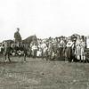 F2288<br /> Veldwachter Postumus te paard bij het ringsteken, vermoedelijk tijdens de Onafhankelijkheidsfeesten in september 1913. Deze feesten werden gehouden in de Overplaats, het terrein tegenover huize Rusthoff. In dit gebied zijn nu o.a. de Charbonlaan en de Jacoba van Beierenlaan gelegen.