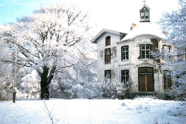 F0893 <br /> Huis ter Leede in de winter.  In 1863 is huis herbouwd op oude fundamenten. Ooit werd het bewoond door baron van Pallandt en daarna door baron van Heemstra. In de jaren '50/'60 was hier het vormingscentrum van de Nederlandse Gidsenbeweging. Nu wordt het al vele jaren bewoond door de fam. Th. de Boer. Zie ook de boekjes 'Sassenheim in oude ansichten' en 'Sassenheim in grootmoederstijd'. <br /> Foto: 1996