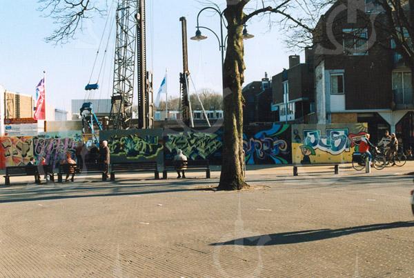 F4271<br /> <br /> De bouw van 12 appartementen en 3 winkels, genaamt ' Ambachtstaete' aan de Hoofdstraat. Foto: februari 2003