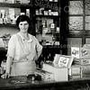 F1165 <br /> Mevr. Van Veelen-Diemel in haar sigarenwinkel aan de Zandslootkade nr. 39. Foto: ca. 1932-1935.