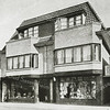 F2732<br /> Dubbel winkelhuis aan de Hoofdstraat te Sassenheim. Rechts de winkel van IJsselmuiden (Hoofdstraat 202-204), handel in luxe-, huishoudelijke en diverse elektrische artikelen. IJsselmuiden & Zonen N.V. was tevens een erkend gas-, water- en elektriciteitsinstallateur. Links de drogisterij van Van Beek, tevens huisschilder.  Architecten: Ponsen en Lohmann. Foto: vóór 1929