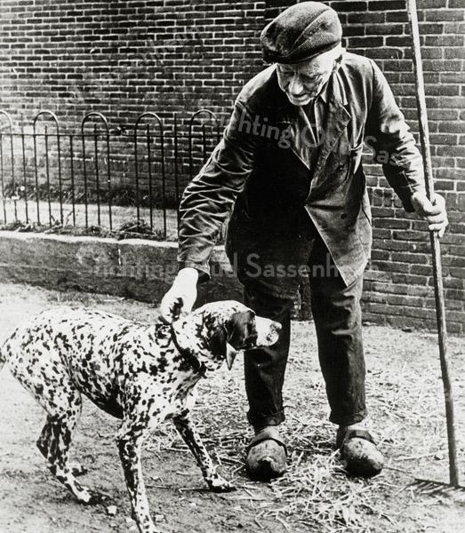 F0699 <br /> Dirk van der Vis, boer op boerderij Postwyck met zijn hond, een fraaie dalmatiër.
