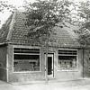 F0850 <br /> Collectie Oudshoorn 081: verbouw winkelhuis Cor van Goeverden, Hoofdstraat 149 volgens oude nummering, nu nr. 207.  Na sloop kwam hier een groter pand met woonhuis van kruidenier van Goeverden. De laatste winkels in dit pand waren Bruna en The Read Shop.<br /> Foto: vóór 1921.