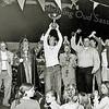 F2505<br /> De hoofdprijswinnaar van de carnavalsoptocht wordt in de theaterzaal van 't Onderdak gehuldigd. Prins carnaval is Fred Vermeer (prins Fredericus). Foto: 2003. Bert