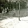 F4202<br /> Zicht op de zuidzijde van de  Willem Warnaarlaan. De jongen in het midden is Jasper van Teylingen. Op het fietsje rijdt Louise van der Laan. Foto: ca 1940