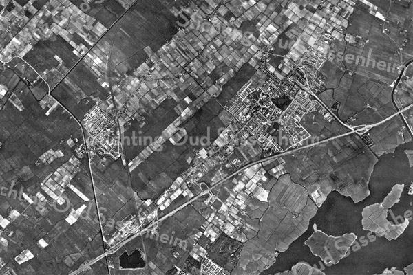 F3599<br /> Luchtfoto uit 1962. De bebouwing boven Sassenheim is Voorhout (nog voor Oosthout werd gebouwd). Rechtsonder is een deel van de Kagerplassen te zien. De A44 loopt van linksonder naar middenboven. De Rijksstraatweg/Hoofdstraat loopt nagenoeg parallel aan de A44. Park Rusthoff is duidelijk te zien.