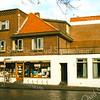 F1996<br /> De drogisterij 'De Hoek' van Melman op de hoek van de Kastanjelaan en de Hoofdstraat. Na de sluiting van de drogisterij in 1989 is er korte tijd een pizzeria geweest, daarna kwam de Digros erin. Thans (2016) is er een outlet store in afwachting van sloop en nieuwbouw voor Dirk.  Foto: 1989.