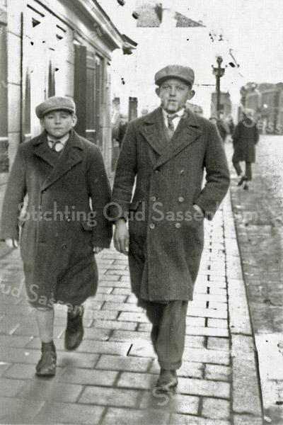 F0915 <br /> Leen van Klaveren met rechts zijn broer Willem op de Hoofdstraat bij het huis van Vogelaar (voorheen Willem van Biezen). Nu is op deze hoogte Intertoys gevestigd. Foto: ca. 1927.