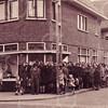 F4391<br /> De opening van de manufacturen- en stoffenzaak van De Haas op de hoek van de Kerklaan en de Hoofdstraat eind maart 1947 Als opening stuntaanbieding: 2 theedoeken en een sloop voor f 1,50…… <br /> Half Sassenheim liep hiervoor uit!