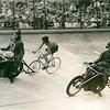 F3075<br /> Arie van Houwelingen (28-11-1931) tijdens zijn specialiteit: stayeren achter de grote motor. Hier rijdt hij (links) bij de amateurs op het Wereldkampioenschap  Wielrennen op de baan in het Olympisch stadion in Amsterdam in 1959. Gangmaker Frits Wierma (nr. 2) leidt hem naar het kampioenschap. Een artikel over Arie staat in Aschpotter 20, mei 2007.