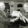 F2527<br /> Voorzitter Lex Wessels van bridgeclub Sassem Troef overhandigt een cheque. Foto: 2003.