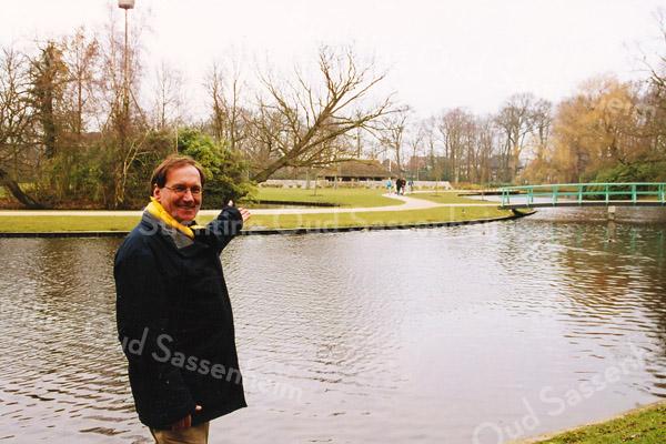 F2585<br /> Frans Plevier, de Grootste Asbak 2004, in park Rusthoff. Foto: 2004.