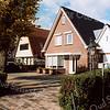 F2096<br /> Villa's, gebouwd recht tegenover de Warmonderweg.  Rechts het woonhuis Hoofdstraat nr. 1, bewoond door de fam. A. Smit. Hier stond het huis van de fam. De Mooy, dat geheel is afgebroken. Links het voormalige woonhuis van de fam. Verkleij, Rijksstraatweg 76.