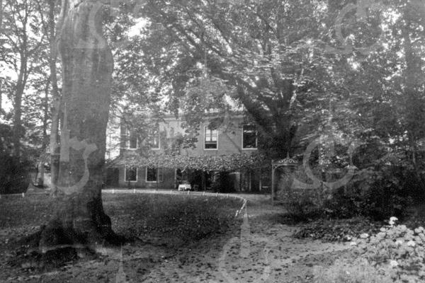 F0710 <br /> De achterzijde van huize Rusthoff van de fam. Charbon, gezien vanuit het park. Foto:1895.