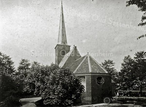 F0657 <br /> De Ned.-hervormde kerk omstreeks 1895. De ingang was toen een portaal aan de zuidzijde. In 1923 werd het portaal gesloopt en kwam de ingang onder het ronde raam. Foto: ca. 1895.