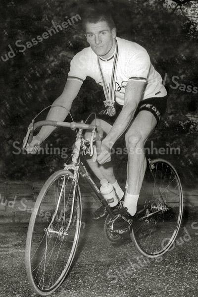 F2817<br /> Bart Zoet (geb. 20-10-1942, overl. 12-05-1992). Zijn grootste succes als wielrenner was het Olympisch kampioenschap in 1964 te Tokio, op het onderdeel 100 km ploegentijdrit. Zie ook uitgebreid verslag in de Aschpotter no. 30 van mei 2012.