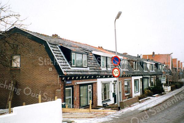 F0390 <br /> De huizen aan de Zandslootkade nabij de Stenenbrug. Een buurtje, dat duidelijk ouder is dan de nabijgelegen straten, is door de jaren heen behoorlijk is gerenoveerd. De dakkapellen en ook de ramen verschillen onderling nogal. Ook de kleur van de dakpannen is niet gelijk. Foto: 1997.