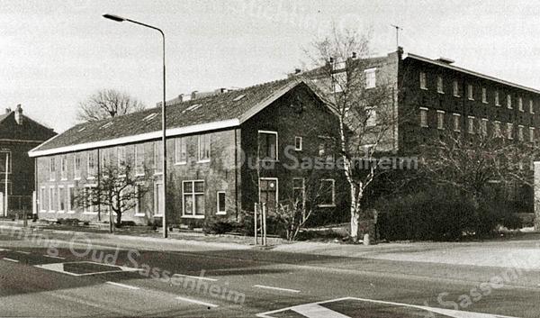 F2160<br /> Aan de Hoofdstraat de bollenschuur van H. Roozen & Zn. uit 1890, later Fred de Meulder. Erachter de twee bollenschuren van Van der Voort uit 1925, later kistenfabriek van de fa. Bakker. Alles gesloopt ca. 2010 om plaats te maken voor mooie villa's. Foto: 1987.