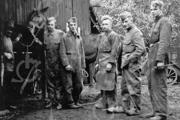 F0741 <br /> Links Koos Bakker van de smederij. Naast het paard zijn zoon Cock (de vader van Ad Bakker uit Lisse). Uiterst rechts zijn broer Flip. De foto is genomen tijdens de mobilisatietijd. De smederij bevond zich in het pand waar sinds 1975 de fa. Duynstee gevestigd is. Foto: ca. 1939.