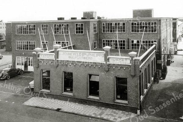 F1182 <br /> Een afbeelding van de locatie van Gebr. Van Zonneveld & Philippo N.V. aan de Hoofdstraat. De foto geeft een beeld van een latere situatie. Alleen het kantoor is ongewijzigd gebleven. Het hele complex is in 1977 gesloopt.  Hier staan nu de huizen van de Baartmanstraat,  de Van Zonneveldstraat en de Philippostraat.