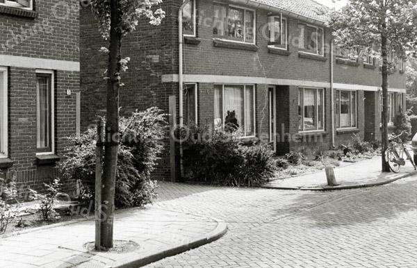 F1335 <br /> Adelborst van Leeuwenlaan. Het eerste huis links nr.5 werd bewoond door Jac. Molkenboer. Het pad rechts van dit huis was jarenlang de toegang naar opslagloodsen van aannemer C. Kiebert. Het huis direct rechts van dit toegangspad (nr. 7) is gesloopt ter verbreding van dat toegangspad.