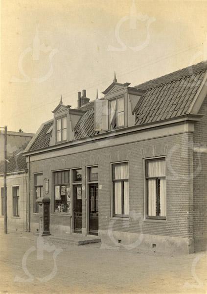 F0766 <br /> Een woonhuis met winkel aan de Hoofdstraat, dat in opdracht van het bloembollenbedrijf De Graaff en Papendrecht in 1901 werd gebouwd. De winkel was de sigarenwinkel van A. van der Zwart, later Kuijper. Ook dit aardige dubbelpand – met helemaal links een deel van het woonhuis van W. Zijerveld – staat er nog, op Hoofdstraat 105-107. Foto: vóór 1921.<br /> <br /> [Collectie Oudshoorn 024: Woonhuis en winkelhuis De Graaff en Papendrecht 1901. Hoofdstraat 61 en 63 volgens oude nummering.]