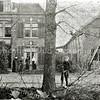 F0576 <br /> Huis van aannemer Egbert Dijkstra, Hoofdstraat 294 met rechts de timmermanswerkplaats. De personen zijn v.l.n.r. tante Anna Stelma, tante Pie, oom Jan Stelma en moeder H.P. Dijkstra. De jongen op de voorgrond is onbekend. Zie verder het boekje, uitgegeven ter gelegenheid van het 100-jarig bestaan (1899-1999) van het aannemersbedrijf Dijkstra B.V. Het boekje is in het bezit van H. Verhoef en de SOS. Foto: begin 20ste eeuw.
