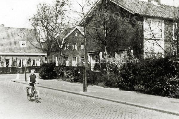 F0257 <br /> De hoek Essenlaan/Rusthofflaan omstreeks 1970. Op de voorgrond Fred Beijk op zijn fietsje. Fred is later priester geworden en verhuisde naar Heerlen. Links op de achtergrond het pand van Jan v.d.Voort van café Sportrust op de hoek van de Rusthofflaan en de J.P.Gouverneurlaan. Het café is in 1979 grotendeels afgebrand. Foto: 1970.