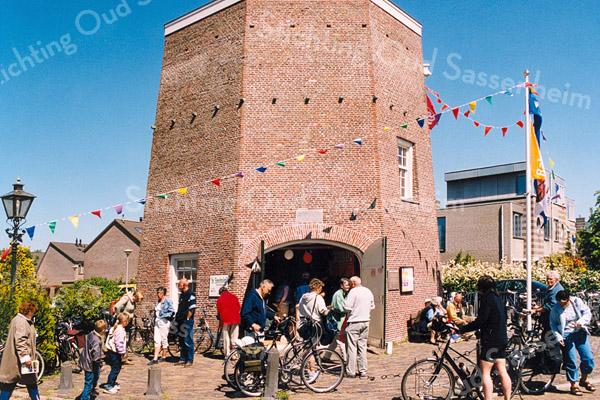 F2543<br /> Landelijke Fietsdag. Veel belangstelling bij molen De Nijverheid, ook wel de Molen van Speelman genoemd. Foto: 2003.