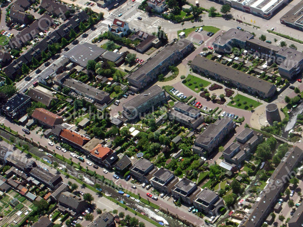 F2344<br /> Luchtfoto van Sassenheim. Onder vanuit het midden loopt de Zandsloot, met aan weerszijden de Zandslootkade en de Postwijkkade. In de rechter benedenhoek is de Diligence, met daarboven de molen van Speelman en de J.J. van Rhijnstraat. De Hoofdstraat loopt van links (midden) schuin naar boven.